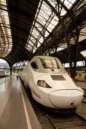 estacion de tren: La estaci�n de tren Alvia en Francia, Barcelona, Espa�a Editorial