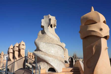 barcelone: La Pedrera est �galement connu sous le nom de Casa Mila. Construit en 1905 par Antonio Gaudi. Le Temple de La Sagrada Familia est encore en construction.  Banque d'images