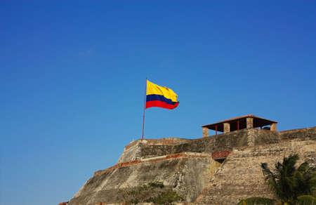 flag of colombia: Castillo de San Felipe de Barajas (Castillo San Felipe de Barajas, en espa�ol). Fortaleza militar en la ciudad de Cartagena de Indias construido por los espa�oles durante la �poca colonial en Colombia. Fue el m�s grande de los fuertes espa�oles construidos en las Am�ricas. Con  Foto de archivo