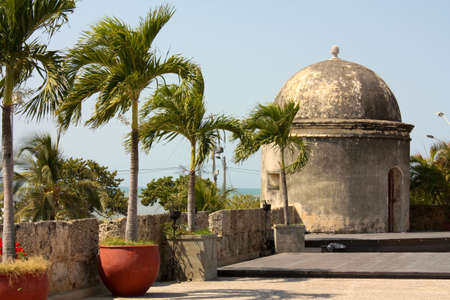 caribe: Wall of the old city. The walls were designed in order to protect the Cartagena suffering ongoing attacks. Its construction was carried out in stages, beginning in 1586 and ending in 1721