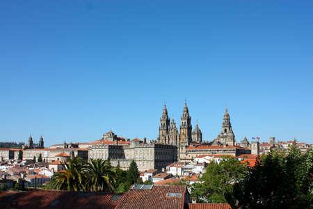 Panorama von Compostela. Kathedrale von Santiago De Compostela ist der renommierte Begräbnis-Saint James das größere, einer der Apostel von Christus. Es ist das Ziel des Jakobsweges, einen großen historischen Pilgerweg seit dem Mittelalter. Standard-Bild - 8583051