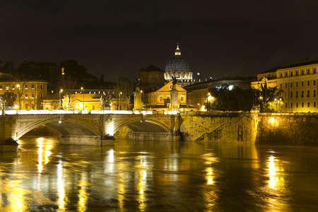 tiber: paisaje de la ciudad de Roma. R�o T�ber, el puente de Vittorio Emanuele y  Foto de archivo
