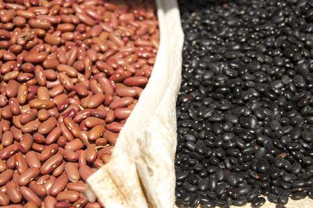 frijoles rojos: Cerca de frijoles secos negros y rojos como fondo