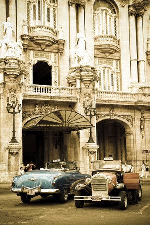 apalancamiento: Dos coches antiguas en las calles de la Habana, Cuba Editorial