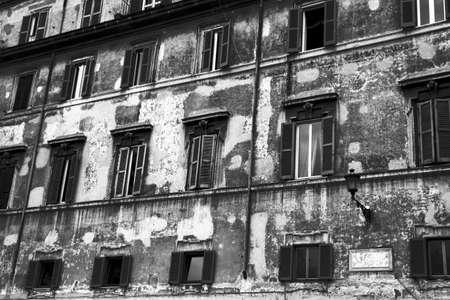 spqr: Fachada de una vivienda antigua en Roma. Barrio de Trastevere. El resistido fachada de una casa. Barrio de Trastevere. Roma, Italia.