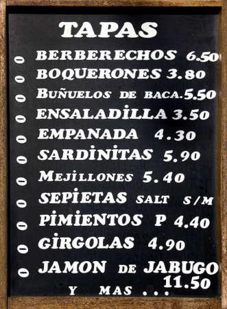 tapas españolas: Cuadro típico español de tapas, pequeños platos de comida. España.