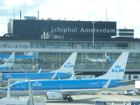 AMSTERDAM - 6 oktober KLM vliegtuig worden geladen op Schiphol 06 oktober 2012 in Amsterdam, Nederland Er zijn 163 bestemmingen van KLM, zijn veel in Amerika, Azië en Afrika