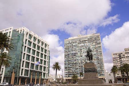 palacio: Independence Square, the main square in Montevideo  In front, the equestrian statue of Jose Gervasio Artigas  Behind the Gate of the Citadel, Executive Tower  government    Palacio Estevez  Uruguay  Stock Photo