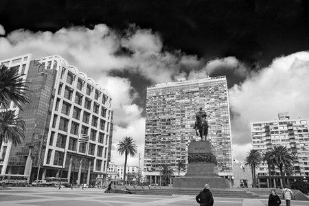 bandera de uruguay: Plaza de la Independencia, la plaza principal de Montevideo. En frente, la estatua ecuestre de José Gervasio Artigas. Detrás de la Puerta de la Ciudadela Torre, Ejecutivo (gobierno) y Estevez Palacio. Uruguay.