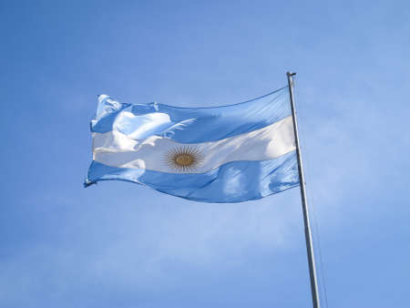 bandera argentina: Argentina bandera en un asta, con el sol Inca en el medio