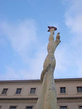 alberto: Museo Reina Sof�a, el 13 de marzo de 2013 en Madrid. Este museo est� dedicado al arte contempor�neo. Monumento a los espa�oles contra el Museo, de Alberto S�nchez P�rez (1937).