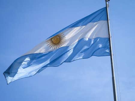 bandera argentina: Argentina bandera en un asta, con el sol incaico en el centro. Foto de archivo