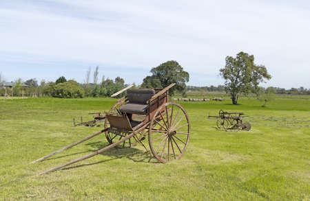carreta madera: Antiguo carro de madera de un eje