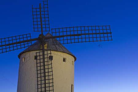 don quijote: Salida del sol en Castilla Campo de Criptana, Castilla-La Mancha, Espa?a en Campo de Criptana, donde Don Quijote errores molinos por gigantes, en el libro de Miguel de Cervantes