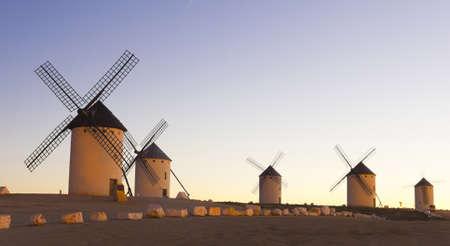 don quichotte: Lever de soleil en Castille Campo de Criptana, Castille-La Mancha, Espagne � Campo de Criptana o� Don Quichotte erreurs moulins � vent pour des g�ants, dans le livre de Miguel de Cervantes Banque d'images