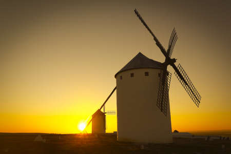 don quijote: Salida del sol en Castilla Campo de Criptana, Castilla-La Mancha, Espa�a en Campo de Criptana, donde Don Quijote errores molinos por gigantes, en el libro de Miguel de Cervantes