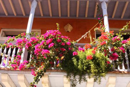 casa colonial: Detalle de un balcón de la casa colonial con flores española colonial casa Cartagena de Indias, Colombia En 1984, Cartagena Foto de archivo