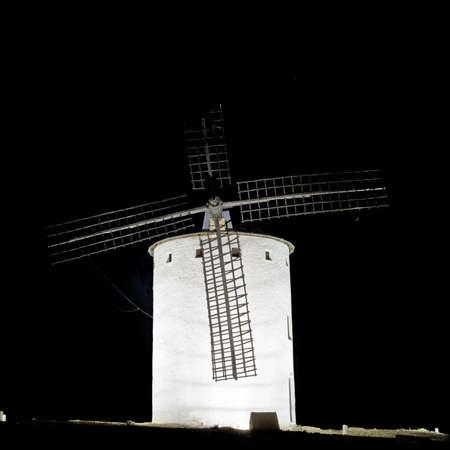 don quichotte: Lever de Castille Campo de Criptana, Castille-La Mancha, Espagne In Campo de Criptana o? Don Quichotte erreurs moulins ? vent pour des g?ants, dans le livre de Miguel de Cervantes