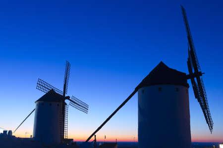 don quixote: Salida del sol en Castilla Campo de Criptana, Castilla-La Mancha, Espa?a en Campo de Criptana, donde Don Quijote confunde molinos por gigantes, en el libro de Miguel de Cervantes