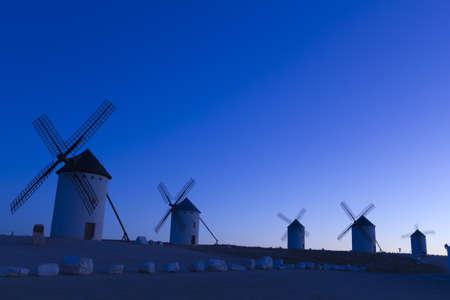 don quijote: Salida del sol en Castilla Campo de Criptana, Castilla-La Mancha, Espa?a en Campo de Criptana, donde Don Quijote confunde molinos por gigantes, en el libro de Miguel de Cervantes
