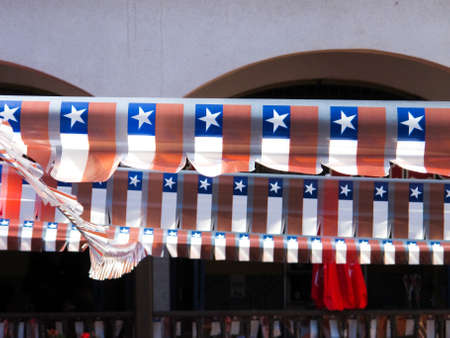 bandera chilena: Celebración de las fiestas nacionales en Chile Pequeñas banderas ornamentales Foto de archivo