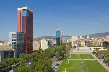 mujer: Miro square and panoramic of Barcelona, Spain