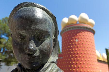 Figueres, Spagna - 14 giugno:. Statua Tramuntana e Dalì Museum in Figueres, Spagna il 14 giugno 2012 Museo è stato inaugurato il 28 settembre 1974 ed ospita la più grande collezione di opere di Salvador Dali. Editoriali