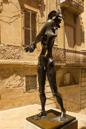 Figueres, Spagna - 14 giugno:. Statua di Dalí a Figueres strada, il 14 giugno 2012 Museo Dali è stato inaugurato nel 1974 e ospita la più grande collezione di opere di Salvador Dali.