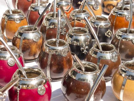 yerba mate: Grupo de calabaza mate tazas con paja en Mate de Buenos Aires es una bebida tradicional muy similar a tomar el té en la Argentina, Uruguay, Paraguay y Brasil