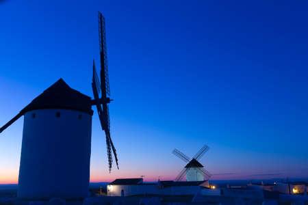 don quijote: Amanecer en Castilla. Campo de Criptana, Castilla-La Mancha, Espa�a. En Campo de Criptana, donde Don Quijote errores molinos de viento para los gigantes, en el libro de Miguel de Cervantes. Foto de archivo