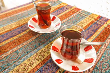 Schwarz türkischen Tee in traditionellen Gläser. Istambul, die Türkei.