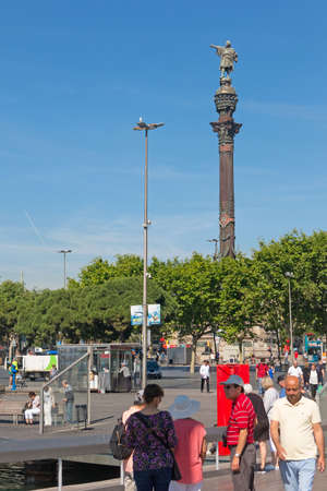 catalunya: BARCELONA, SPAIN - MAY 16: Tourists near the statue of Christopher Columbus on May 16, 2017 at the lower end of La Rambla.