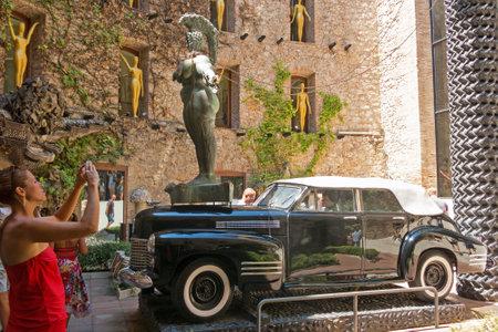 FIGUERES, SPAGNA - 17 LUGLIO 2017: Il cortile principale del Museo Dali in Spagna. Il Teatro e il Museo Dali è un museo dell'artista Salvador Dali nella città di Figueres. Archivio Fotografico - 86020033
