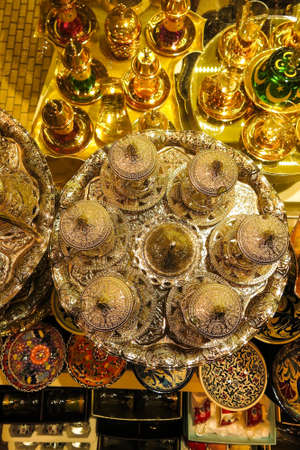 Classical Turkish teacups on the Istanbul Grand Bazaar. Istambul, Turkey Standard-Bild