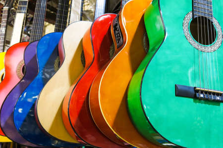 colorful guitars on the Istanbul Grand Bazaar.  Istambul, Turkey Standard-Bild