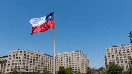 SANTIAGO DE CHILE, CHILE - JANUARY 26, 2018: Chileans walking near the giant flag on Avenida La Alameda with the citizenship Square, in downtown Santiago de Chile. Chile. Фото со стока - 97192431