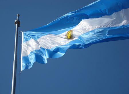 bandera argentina: Bandera de Argentina sobre cielo azul de fondo.