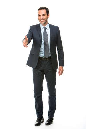manos estrechadas: Retrato de cuerpo entero de un hombre de negocios sonriendo, levantando el brazo para dar la mano