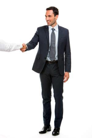 manos estrechadas: Retrato de cuerpo entero de un hombre de negocios sonriendo y estrechando la mano