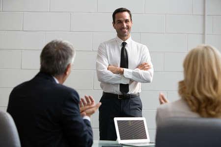 manos aplaudiendo: Tres hombres de negocios durante una reuni�n, palmas de las manos al final de una presentaci�n Foto de archivo
