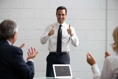 manos aplaudiendo: Tres hombres de negocios durante una reuni�n, palmas de las manos al final de una exitosa presentaci�n Foto de archivo