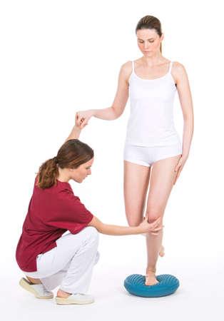 finer: Fisioterapeuta haciendo una rehabilitaci�n propioceptiva