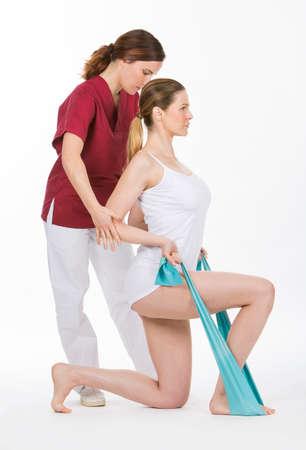 finer: mujer con fisioterapeuta refuerzo brazos con bandas de goma