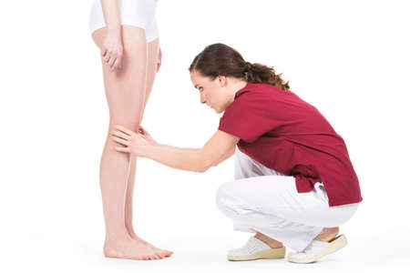finer: physiotherapist doing a knee evaluation