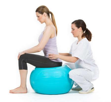 fisioterapia: médico con la bola de médico y paciente de la mujer