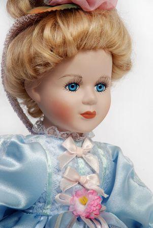 Portret van retro porseleinen pop gezicht met blauwe jurk