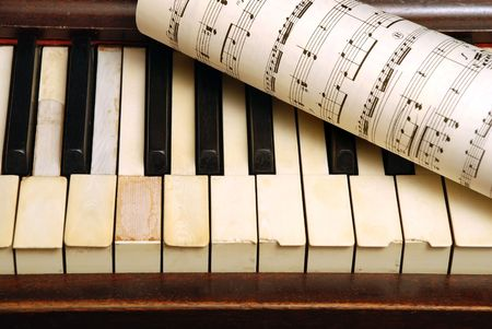 Vintage oud Piano en vel papier in met muziek noten