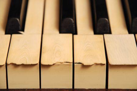 zeer oude houten piano met ivoren toetsen gebroken en gekrast Stockfoto