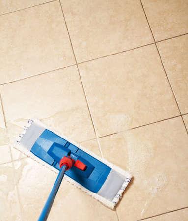 dweilen: Huis reiniging met de mop Stockfoto