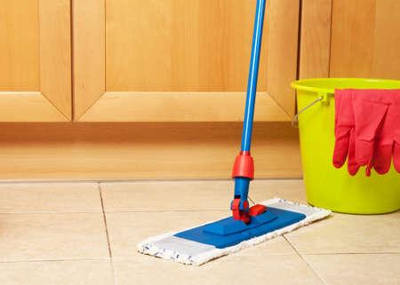 dweilen: Schoonmaak van het huis met de mop
